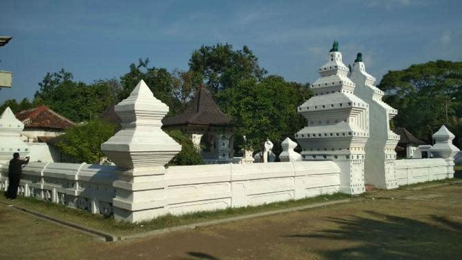 Komplek Ksiti Hinggil salah satu bangunan ikonik yang ada di Keraton Kanoman Cirebon. Foto (Liputan6.com / Panji Prayitno)