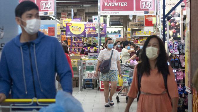 Sejumlah warga mengenakan masker karena kekhawatiran penyebaran virus corona COVID-19 saat berbelanja di sebuah pasar swalayan di Kuala Lumpur, Malaysia, Senin (16/3/2020). Hingga saat ini, kasus virus corona COVID-19 di Malaysia telah mencapai 553. (Xinhua/Chong Voon Chung)