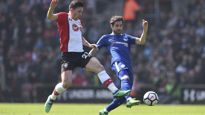 Pemain Southampton, Pierre-Emile Hojbjerg (kiri) berebut bola dengan pemain Chelsea, Cesc Fabregas pada lanjutan Premier League di St Mary's Stadium, Southampton, (14/4/2018). Chelsea menang 3-2. (AFP/Glyn Kirk)