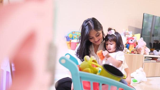 Caca Tengker bersama putrinya (Sumber: Instagram/cacatengker)