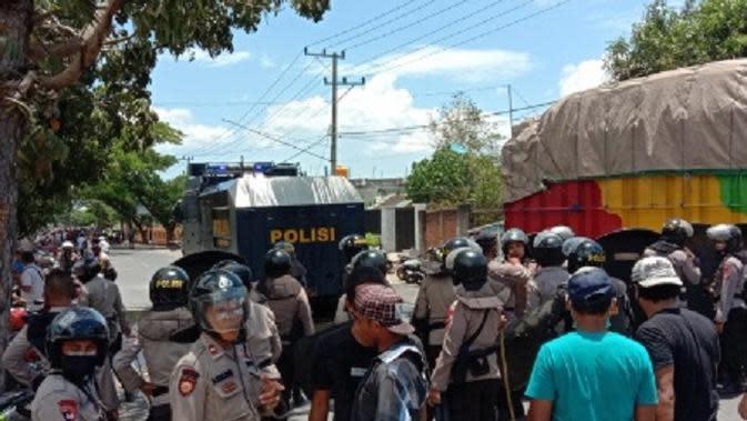 Mediasi Gagal, Massa Pendukung Syaiful-Ika Ricuh dan Kurung Komisioner KPUD Dompu