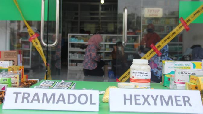 BPOM menggerebek toko obat dan kosmetik ilegal di Tangerang. ( Pramita/Liputan6.com)