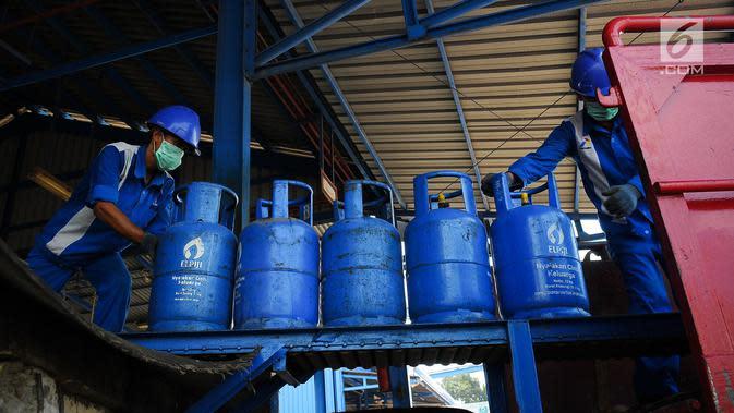 Pekerja melakukan sejumlah tahap pengisian LPG pada tabung 12 Kg di SPBE (Stasiun Pengisian Bahan Bakar Elpiji), Srengseng, Jakarta, Jumat (3/5/2019). PT Pertamina (Persero) menjamin ketersediaan LPG di bulan Ramadan dan tidak ada kenaikan harga. (Liputan6.com/Angga Yuniar)