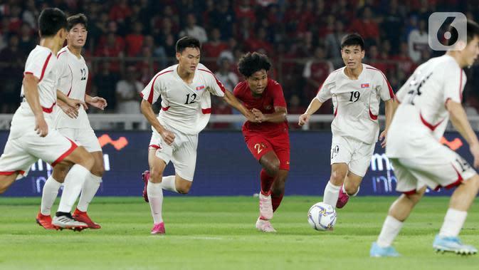 Pemain tengah Timnas Indonesia U-19, Amiruddin Bagus Alfikri (tengah) mencoba lolos dari kawalan pemain Korea Utara pada kualifikasi Grup K Piala AFC U-19 2020 di Stadion Utama Gelora Bung Karno, Jakarta, Minggu (10/11/2019). Laga berakhir imbang 1-1. (Liputan6.com/Helmi Fithriansyah)