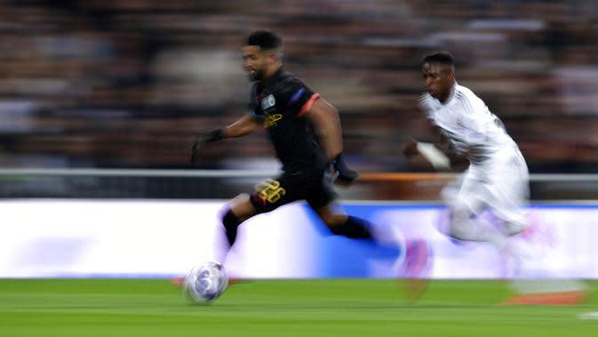 Gelandang Manchester City, Riyad Mahrez, menggiring bola saat melawan Real Madrid pada laga liga Champions di Stadion Santiago Bernabeu, Rabu(26/2/2020). Manchester City menang dengan skor 2-1. (AP/Manu Fernandez)