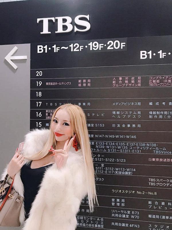 Kato Sari, model Jepang yang gugat cerai, usai suami bangkrut (Sumber: Instagram/katosari)