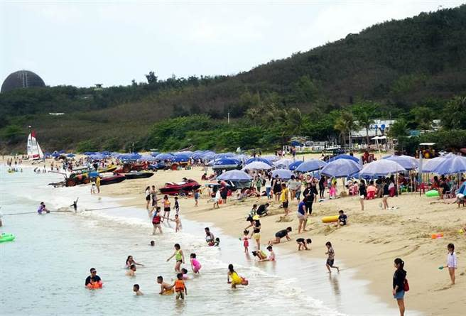 墾丁沙灘擠滿人潮,在防疫時刻不免讓人擔憂。(林和生攝)