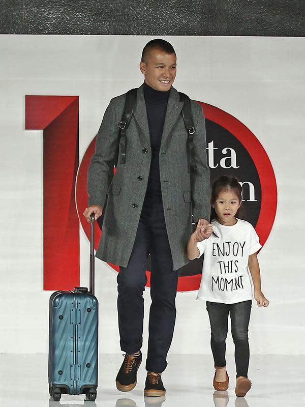 Aktor Samuel Rizal bersama putrinya Drucilia Kalea Arifin berjalan diatas catwalk saat tampil dalam Jakarta Fashion Week 2018 dengan tema Man Manual