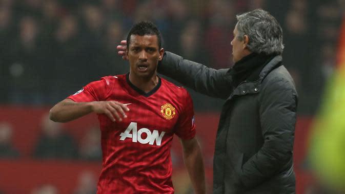 Jose Mourinho saat menunjukkan simpati kepada Nani ketika Real Madrid menghadapi Manchester United, di Old Trafford, 2013.