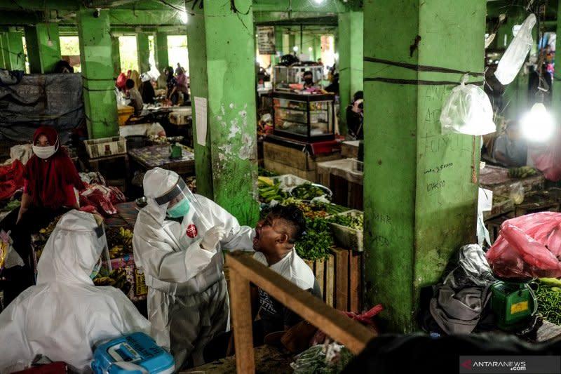 51 pedagang di delapan pasar terpapar COVID-19, satu meninggal