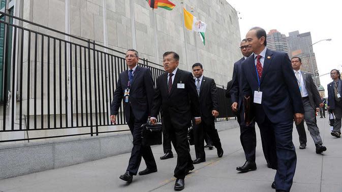 Wakil Presiden Jusuf Kalla berjalan kaki menuju markas Perserikatan Bangsa-bangsa (PBB) di New York, AS, Senin (18/09) waktu setempat. Jusuf Kalla akan memimpin delegasi Indonesia dalam sidang majelis umum Badan PBB ke-72. (Liputan6.com/Tim Media Wapres)