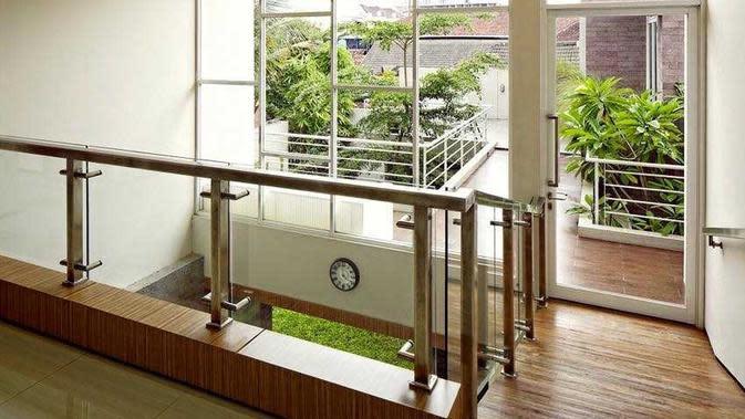 Balkon penghubung split level dengan jendela besar. (dok. Arsitag.com)