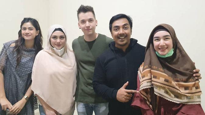 Dua selebriti itu menjadi perbicangan warganet terkait unggahan Ustaz Riza Muhammad yang membagikan potret keduanya saat mengikuti pengajian. Seperti diketahui, pasangan ini dikenal bukan pemeluk agama Islam. (Instagram/ustdzrizamuhammad)