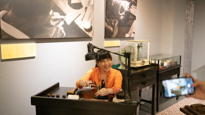 Seorang wanita mengunjungi Museum Peranakan Phuket di Phuket, Thailand, pada 12 September 2020. Museum ini menampilkan sejarah dan budaya Peranakan melalui berbagai koleksi benda pameran dan teknologi. (Xinhua/Zhang Keren)