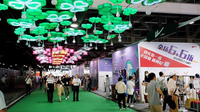 Orang-orang terlihat dalam sebuah acara tematik yang diadakan di Pusat Pameran dan Konvensi Nasional di Shanghai, China timur (6/6/2020). Festival ini menampilkan kegiatan-kegiatan bertema seperti wisata malam, belanja, makan, membaca, dan pertunjukan langsung. (Xinhua/Fang Zhe)
