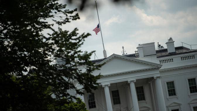 Pemandangan bendera nasional AS yang berkibar setengah tiang di Gedung Putih, Washington DC, Minggu (4/8/2019). Presiden Donald Trump memerintahkan bendera dikibarkan setengah tiang selama lima hari sebagai simbol dukacita atas dua penembakan massal di El Paso, Texas, dan Ohio. (Eric BARADAT/AFP)