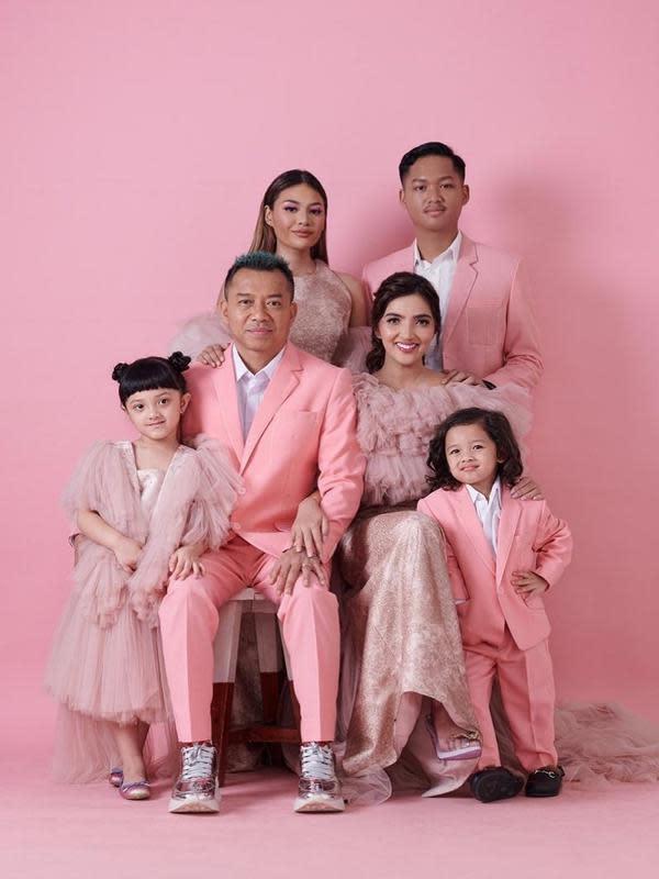 Azriel Hermansyah dan keluarganya. (Foto: Instagram @azriel_hermansyah)
