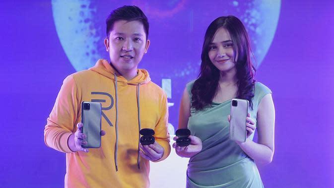 Peluncuran Realme C11, smartphone entry level Rp 1 jutaan oleh Product Manager Realme Indonesia Felix Christian dan Syifa Hadju (Foto: Realme Indonesia)
