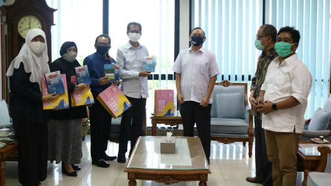 Empat pimpinan DPRD berkunjung ke Kantor Rektorat Unair, dan berdiskusi dengan Rektor Prof M Nasih tentang penanganan Covid-19, Senin (15/6/2020).(Foto: Liputan6.com/Dian Kurniawan)