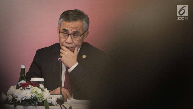 Ketua Dewan Komisioner Otoritas Jasa Keuangan (OJK) Wimboh Santoso saat menggelar jumpa pers tutup tahun 2018 di Gedung OJK, Jakarta, Rabu (19/12). (Liputan6.com/Faizal Fanani)