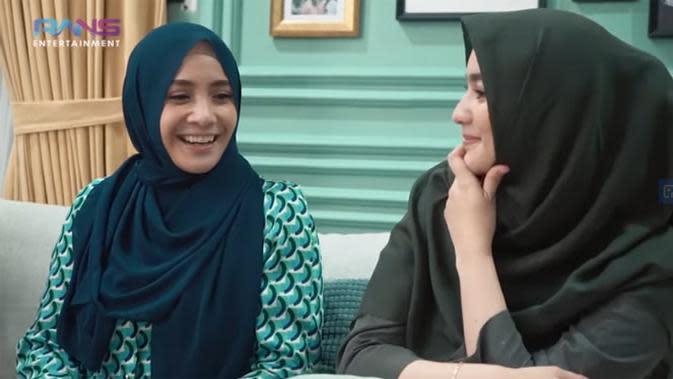 Nagita lantas menceritakan, ketika Nagita Slavina menjadi model busana muslim RA Jeans, bisnis milik Raffi Ahmad, dan hasil penjualanannya meningkat. (Youtube/ Rans Entertainment)
