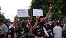 泰國抗議人士高舉標語 (圖)