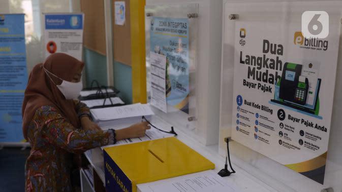Warga mengisi data pengurusan pajak di kantor Pajak Sudirman, Jakarta, Selasa (25/8)/2020). Saat ini, pemerintah memberikan diskon sebesar 30 persen untuk mendorong pemulihan perekonomian nasional yang melemah akibat pandemi, yang sudah empat bulan menuju akhir tahun. (Liputan6.com/Angga Yuniar)