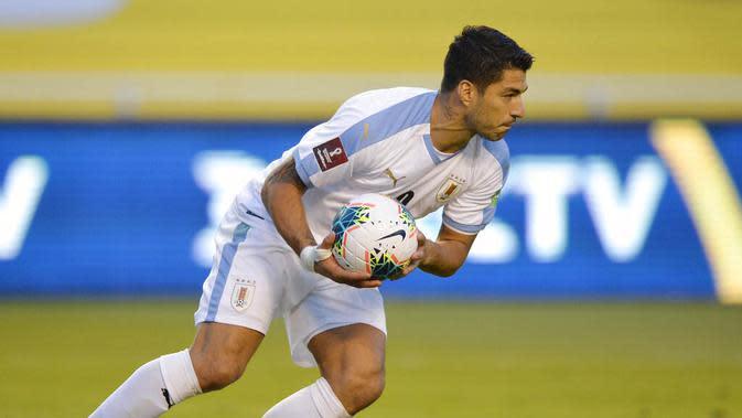 Striker Uruguay, Luis Suarez, membawa bola usai mencetak gol ke gawang Ekuador pada laga kualifikasi Piala Dunia 2022 di Stadion Casa Blanca, Rabu (14/10/2020). Ekuador menang dengan skor 4-2. (Rodrigo Buendia/Pool via AP)