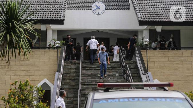 Suasana pelayat pelepasan jenazah Glenn Fredly di Gereja Sumber Kasih, Lebak Bulus, Jakarta, Kamis (9/4/2020). Glenn Fredly meninggal pada usia 44 tahun dan meninggalkan seorang anak berusia dua bulan. (Liputan6.com/Faizal Fanani)