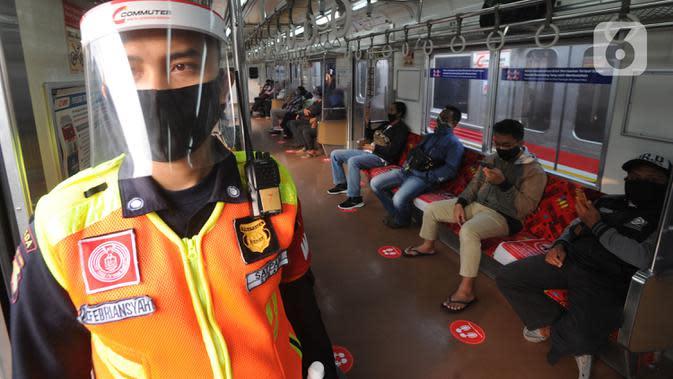 Petugas memakai pelindung wajah dan masker dalam gerbong KRL tujuan Jakarta di Stasiun Bogor, Jawa Barat, Kamis (11/6/2020). PT KCI membatasi jumlah penumpang 35- 40 persen dari kapasitas untuk jaga jarak aman antarpengguna KRL atau sekitar 74 penumpang per gerbong. (merdeka.com/Arie Basuki)