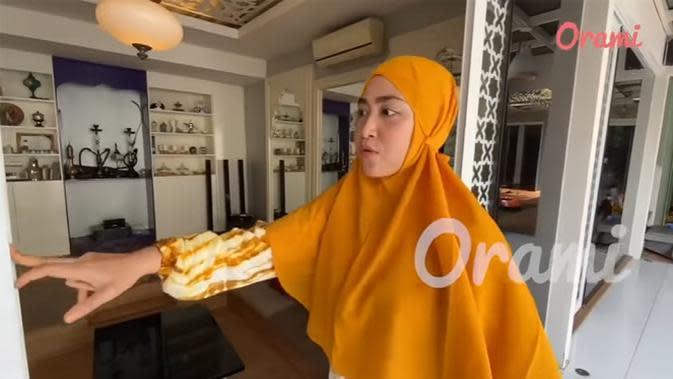 Sesuai dengan budaya Timur Tengah, rumah pasangan yang telah dikaruniai tiga orang anak itu juga memiliki ruangan Shisha atau rokok Arab. (Youtube/Orami Indonesia)
