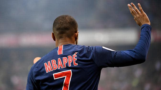 Striker PSG, Kylian Mbappe, menyapa suporter usai melawan Reims pada laga Liga Prancis di Stadion Auguste Delaune, Reims, Jumat (24/5). Mbappe dinobatkan jadi pemain terbaik Liga Prancis. (AFP/Franck Fife)