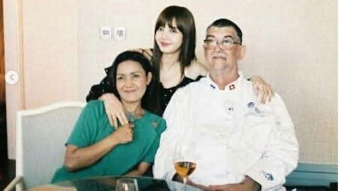 Lisa Blackpink bersama ayahnya dan keluarganya. (dok.Instagram @imbruschweiler/https://www.instagram.com/p/BsLThfznWfb/Henry)