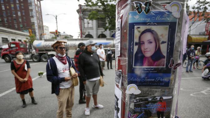 Sejumlah foto korban overdosis terlihat di sebuah tiang lampu dalam peringatan pada Hari Kesadaran Overdosis Internasional di Vancouver, Kanada (31/8/2020). Acara global ini diadakan setiap 31 Agustus. (Xinhua/Liang Sen)