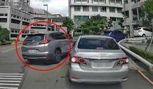 轎車橫切插隊…後方駕駛怒下車拍窗遭無視 網氣炸:人不要臉天下無敵