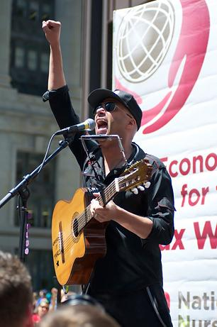 Tom Morello Gets Fired Up at Chicago Nurses Rally