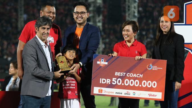 Stefano Cugurra Teco mendapat gelar pelatih terbaik Shopee Liga 1 2019. (Bola.com/Aditya Wany)