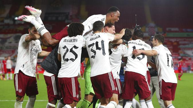 Selebrasi para pemain Arsenal setelah memenangi adu penalti melawan Liverpool pada babak keempat Carabao Cup di Stadion Anfiled, Jumat (2/102/2020). (AP/Peter Byrne)