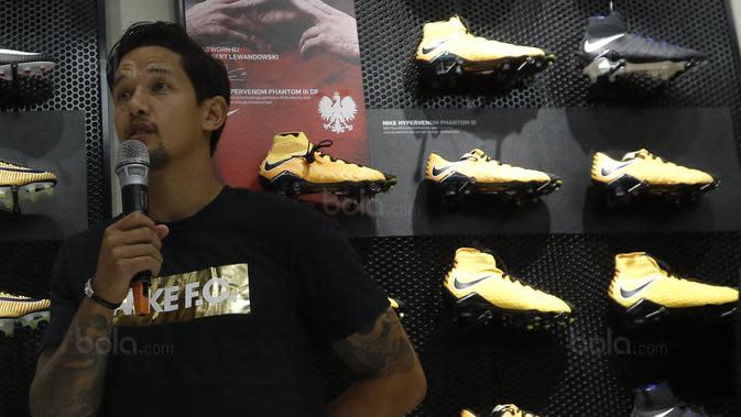 Pemain Timnas Indonesia, Irfan Bachdim, memberi keterangan saat menghadiri Launching toko Fisik Football di AEON Mall, Jakarta, Sabtu (30/9/2017). Fisik Football menjual berbagai macam perlengkapan sepak bola. (Bola.com/M Iqbal Ichsan)