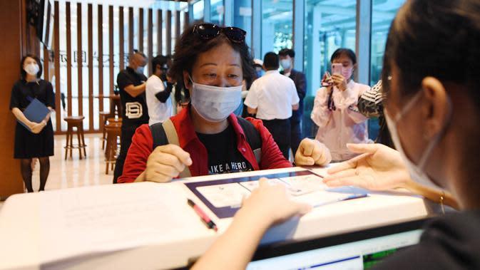 Penumpang melakukan check-in di Terminal Kota Gu'an Bandara Internasional Daxing Beijing di Wilayah Gu'an, Provinsi Hebei, China, 16 September 2020. Terminal ini memungkinkan warga Gu'an dan daerah sekitarnya untuk menyelesaikan prosedur check-in lebih awal dan minim gangguan. (Xinhua/Zhang Chenlin)