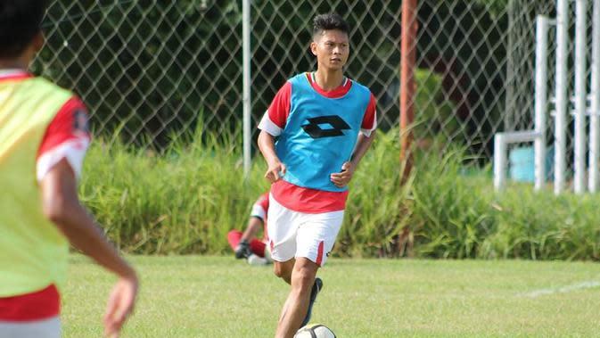 Pemain anyar Semen Padang, Dedi Gusmawan, saat melakoni latihan bersama skuat Kabau Sirah, Senin (8/4/2019) pagi. (Bola.com/Arya Sikumbang)