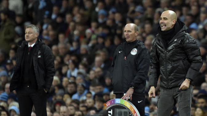 Manajer Manchester City (kanan) memberi instruksi dengan manajer Manchester United (MU) Ole Gunnar Solskjaer menyaksikan pada laga di Etihad Stadium, Sabtu (7/12/2019) atau Minggu dini hari WIB. (AP Photo/Rui Vieira)
