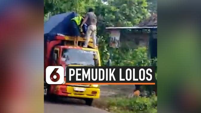 VIDEO: Video Viral Pemudik Bersembunyi di Dalam Truk Barang