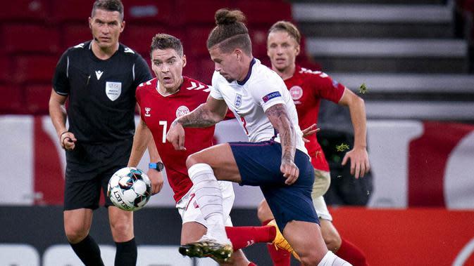 Pemain Denmark, Robert Skov, berebut bola dengan pemain Inggris, Daniel Wass, pada laga UEFA Nations League di Stadion Parken, Rabu (9/9/2020). Kedua tim bermain imbang 0-0. (Liselotte Sabroe/Ritzau Scanpix via AP)