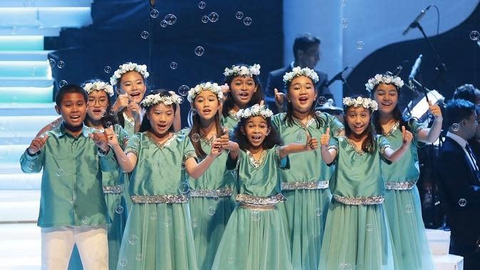 Dukungan dari Galeri Indonesia Kaya juga menjadikan konser ini begitu ramah keluarga. Sehingga sebagian besar penonton yang datang memenuhi venue konser membawa keluarga mereka, dari anak kecil, remaja, dan orang tua. (Bambang E Ros/Fimela.com)