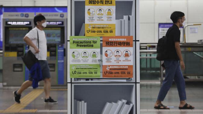 Sejumlah orang mengenakan masker di stasiun kereta bawah tanah, Seoul, Korea Selatan, Selasa (18/8/2020). Korea Selatan akan melarang pertemuan publik besar dan menutup gereja serta tempat hiburan malam menyusul lonjakan mengkhawatirkan dalam kasus COVID-19. (AP Photo/Ahn Young-joon)