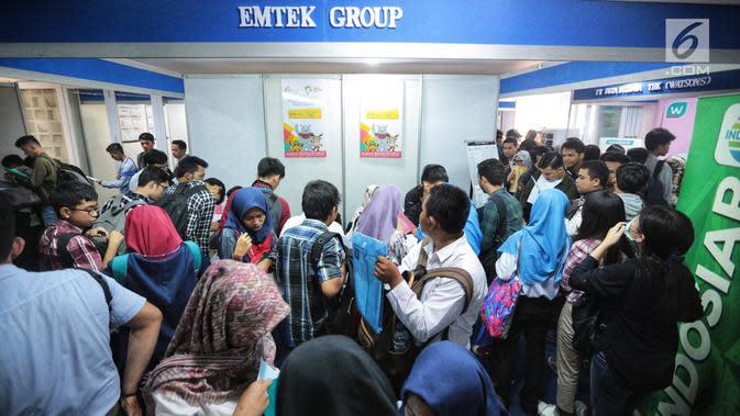 Para pencari kerja memadati Job Fair yang diadakan di Istora GBK, Jakarta, Rabu (19/9). Job Fair bertajuk Jakarta spektakuler