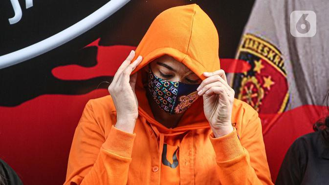 Artis Catherine Wilson dihadirkan sebagai tersangka saat pengungkapan kasus narkoba di Polda Metro Jaya, Sabtu (18/7/2020). Catherine menjadi tersangka penyalahgunaan narkoba usai di tangkap petugas di rumahnya dengan barang bukti 2 gram sabu. (Liputan6.com/Faizal Fanani)