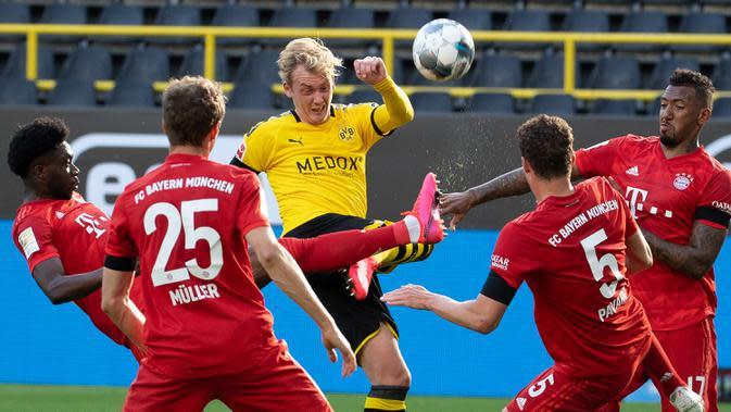 Striker Borussia Dortmund, Julian Brandt, berebut bola dengan pemain Bayern Munchen pada laga pekan ke-28 Bundesliga di Stadion Signal Iduna Park, Selasa (26/5/2020) waktu setempat. Bayern Munchen menang 1-0 atas Borussia Dortmund. (AFP/Federico Gambarini/Pool)