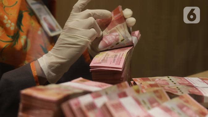 Teller menghitung mata uang Rupiah di Jakarta, Kamis (16/7/2020). Penguatan Rupiah dipengaruhi aliran masuk modal asing yang cukup besar pada Mei dan Juni 2020. (Liputan6.com/Angga Yuniar)